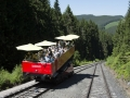 Cabriowagen der Oberweißbacher Berg- und Schwarzatalbahn fährt hinunter zur Talstation